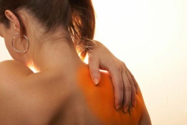 Боль в плече лопатке
