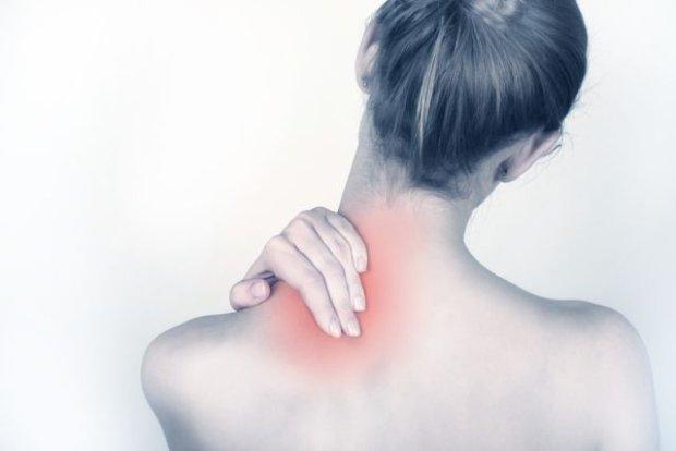Боль в области шеи (сильнее с одной стороны), мешающая движениям