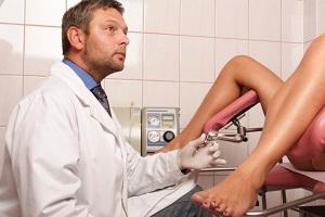 Девушка с бартолинитом на осмотре у гинеколога