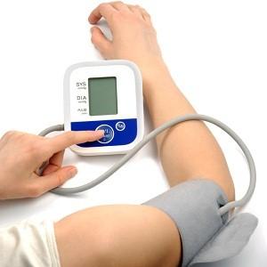 Измерение давления электронным плечевым тонометром