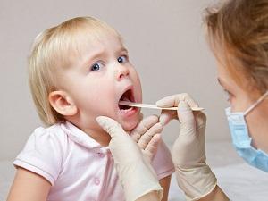 Осмотр ротовой полости ребенка при стоматите