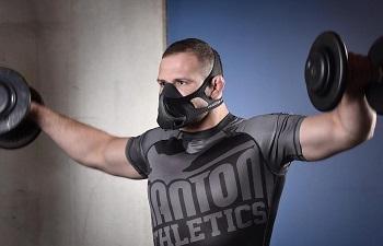 Тренировка с гантелями в маске
